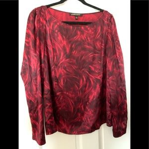Silk blouse in marbled black and burgundy.